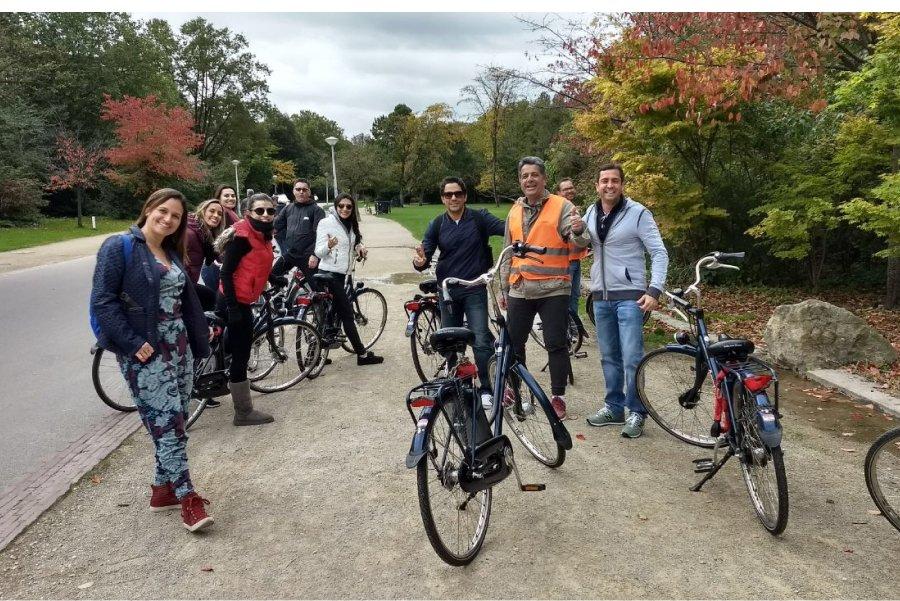 Grupo em passeio de bicicleta