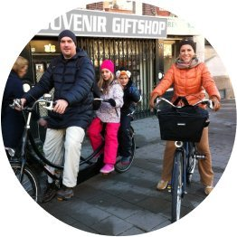 familia andando de bicicleta