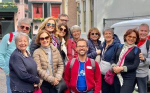 Grupo em tour Amsterdam Andando