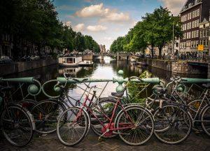 Bikes presas nas pontes dos canais